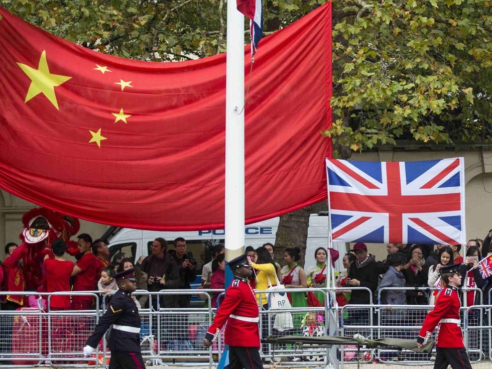 中国国旗在英国飘扬 给无助的英国带来希望